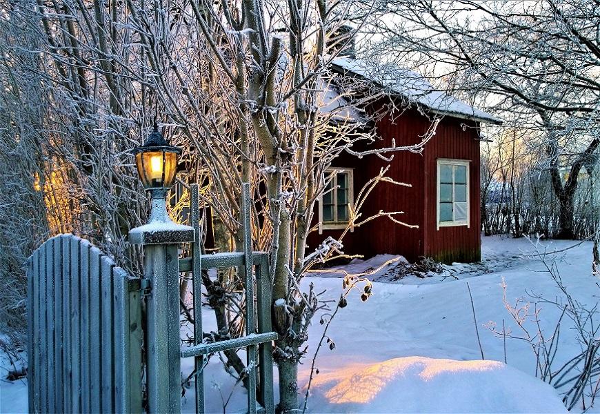 Schwedenhaus im Schnee. Virtueller schwedischer Weihnachtsmarkt Frankfurt.