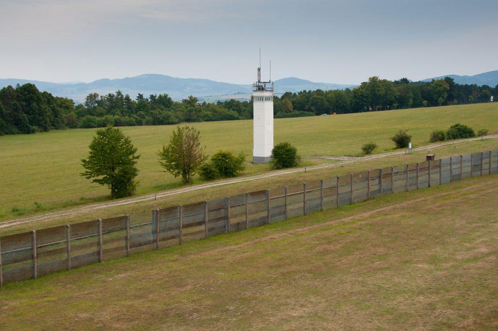 Die ehemalige Zonengrenze mit Wachtturm und Grenzzaun am Point Alpha,