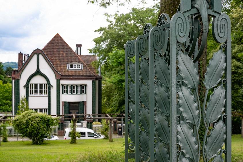 """Haus Behrens 1901/vorne: Geländer des Gartenpavillon (""""Schwanentempel"""") 1914, Mathildenhöhe Darmstadt, (c) Dr. Wolfgang Gerhardt"""