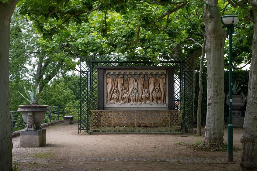 """Relief """"Schlaf"""" im Platanengarten 1913/14, Mathildenhöhe Darmstadt, (c) Dr. Wolfgang Gerhardt"""