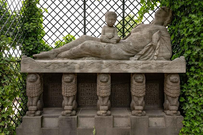 """Skulptur """"Sterbende Mutter mit Kind"""" im Platanengarten 1913/1914, Mathildenhöhe Darmstadt, (c) Dr. Wolfgang Gerhardt"""
